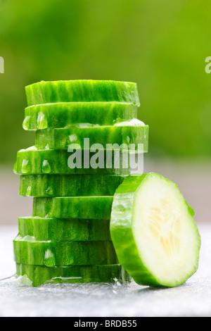 Pile de tranches de concombre vert frais bio Banque D'Images