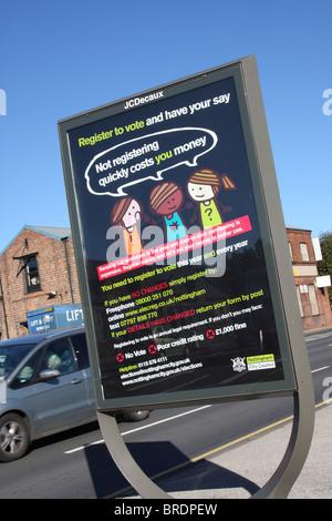 Un signe encourageant les gens à s'inscrire pour voter dans une ville du Royaume-Uni. Banque D'Images