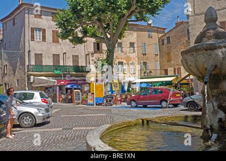 Fontaine dans un carré dans le pittoresque village provençal de Aups Banque D'Images