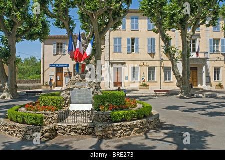 Monument commémoratif de guerre dans le pittoresque village provençal de Aups Banque D'Images