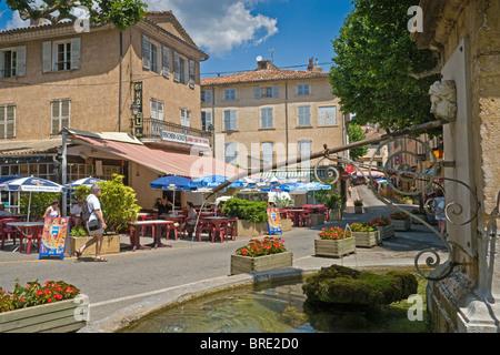 Fontaine dans le pittoresque village provençal de Aups Banque D'Images