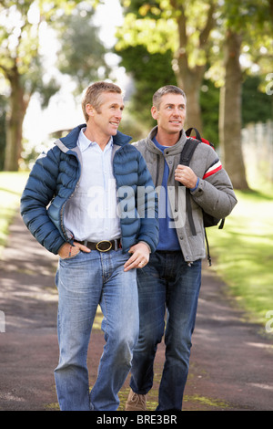Deux amis la marche à l'extérieur à l'automne Parc Banque D'Images