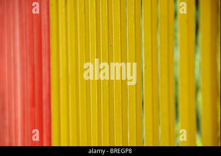 Clôture en métal peint de couleurs vives, bars arrière-plan. Focus sélectif. Banque D'Images