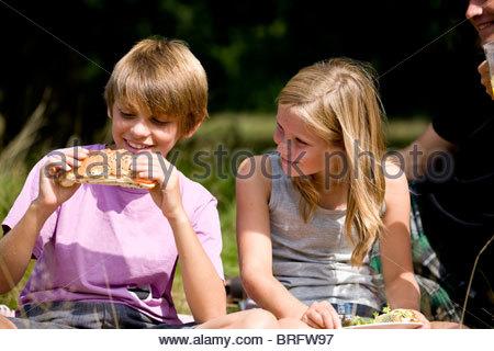 Un jeune garçon et fille d'avoir un pique-nique Banque D'Images