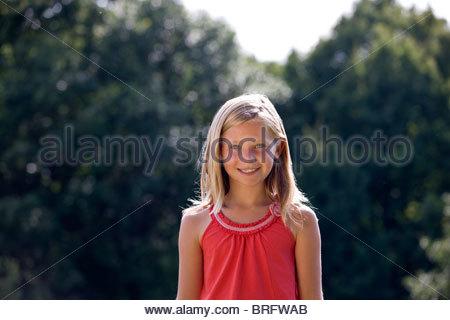 Portrait d'une jeune fille souriante, à l'extérieur Banque D'Images