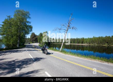 Biker roulant sur la campagne finlandaise , Finlande Banque D'Images
