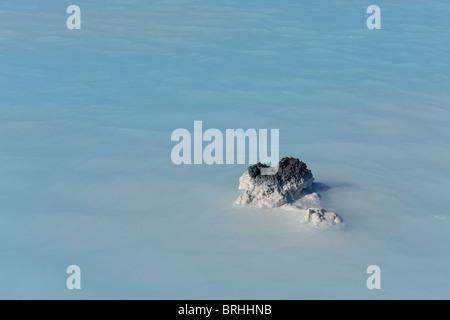 Dans les roches volcaniques Spa géothermal Blue Lagoon, Grindavik, Rekjanes Peninsula, Iceland Banque D'Images