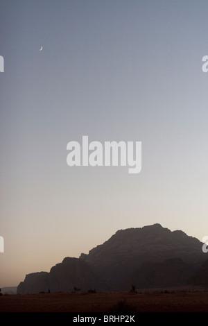 La lune à Wadi Rum, Jordanie. Banque D'Images