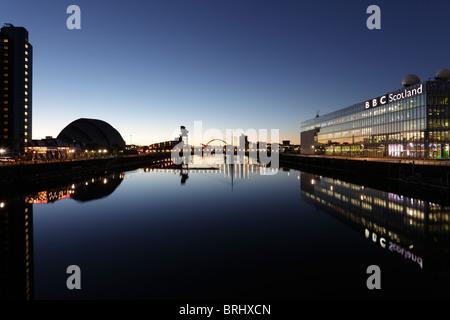 À l'Est le long de la rivière Clyde au lever du soleil à Glasgow, Écosse, Royaume-Uni Banque D'Images