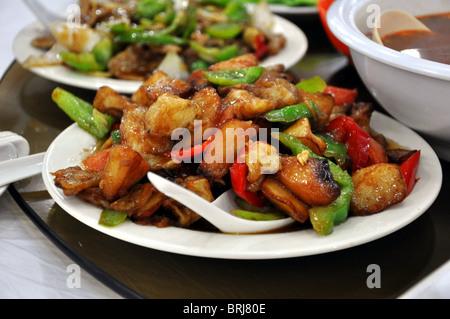 Poulet sauté à l'ananas servi dans un restaurant à Beijing, Chine Banque D'Images