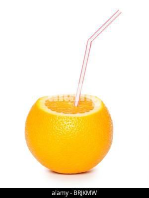 Orange avec paille cocktail isolé sur fond blanc