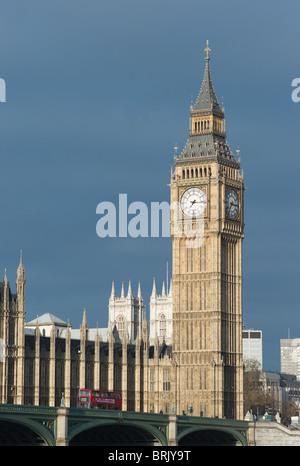 Big Ben Clock Tower (Elizabeth Tower) et double-decker bus sur le pont de Westminster à Londres, Angleterre, Royaume Banque D'Images