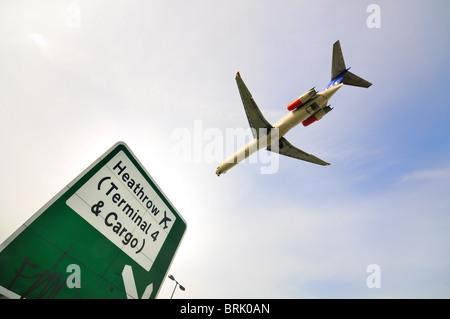 Le vol à basse altitude d'avions de transport de passagers à l'atterrissage à l'aéroport de Heathrow, Londres Banque D'Images