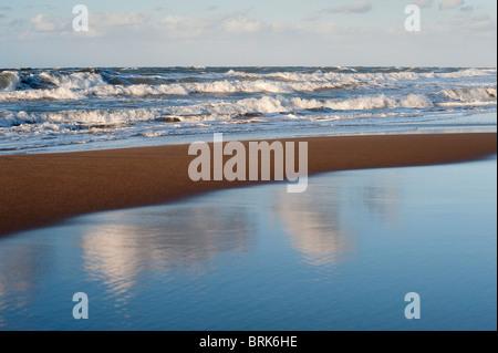Mer Agitée vagues se brisant sur la plage Banque D'Images