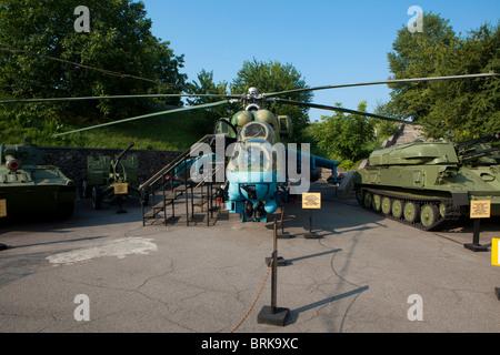 Le Mil Mi-24 Hind (hélicoptère) et ZSU-23-4 Shilka) (canon anti-aérien au Musée de la Grande guerre patriotique de Kiev, Ukraine