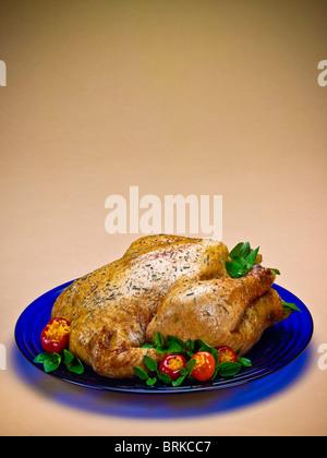Un ensemble de style rôtisserie poulet rôti servi sur plaque bleue Banque D'Images