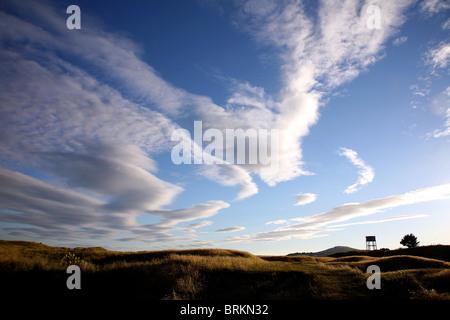 Les nuages au-dessus de dunes spectaculaires southgate Sandy Lane Water tower et cefn bryn gower South Wales UK