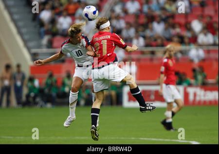 Aly Wagner, de l'USA (10) et Lene Storlokken de Norvège (21) vie d'un en-tête lors de la Coupe du Monde féminine Banque D'Images