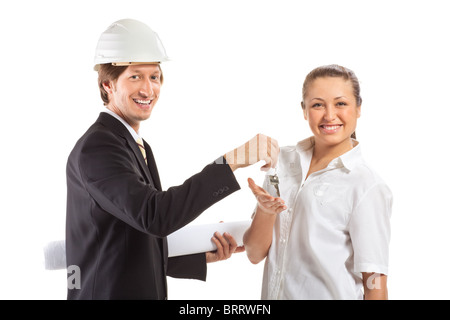 Un architecte portent un casque et collègue de travail d'examiner les bleus