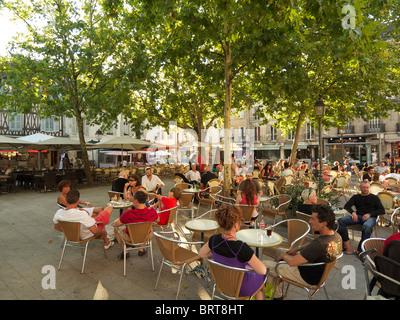 Place Emile Zola est une belle place ombragée bordée de restaurants et cafés, Dijon, Bourgogne, France Banque D'Images