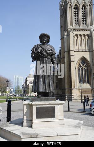 Statue de Raja Rammohun Roy sur College Green en face de la cathédrale de Bristol