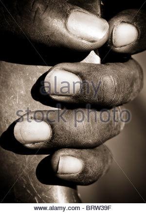 African man holding a alimenté d'air comprimé percer les doigts de détail Banque D'Images