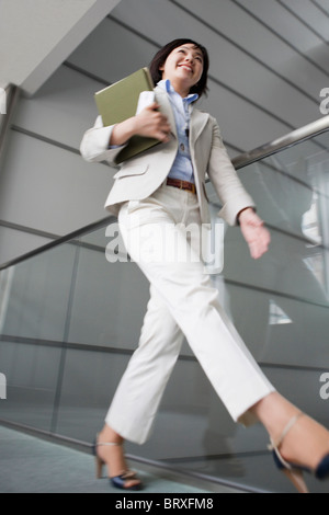 Low Angle View of Businesswoman Walking Banque D'Images