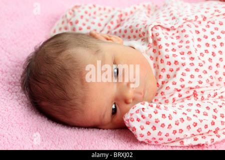 Portrait d une belle Naissance bebe Fille sur couverture rose Banque  D Images 39b6709895f