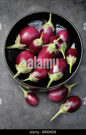 L'aubergine dans un bol chinois Banque D'Images