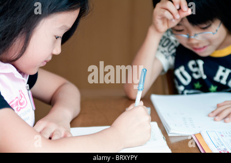 Les enfants à faire leurs devoirs au Japon Banque D'Images