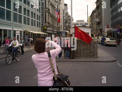 Les touristes à Checkpoint Charlie, Berlin, Allemagne Banque D'Images