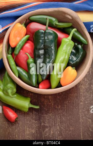 Variété de piment dans le bol Banque D'Images
