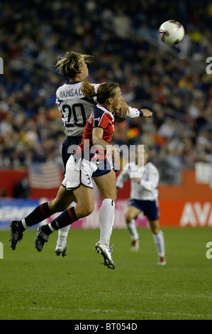 Abby Wambach des USA (20) et l'Ane Stangeland Horpestad de Norvège (3) saut d'un en-tête lors d'un 2003 Women's Banque D'Images