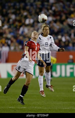 Solveig Gulbrandsen de Norvège (l) et Kristine Lilly des USA (r) lutte pour un en-tête lors d'un 2003 Women's World Banque D'Images