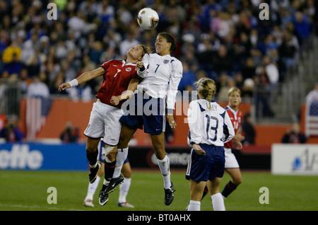 Trine Ronning de Norvège (l) et Shannon Boxx des USA (r) lutte pour un en-tête lors d'un 2003 Women's World Cup Banque D'Images