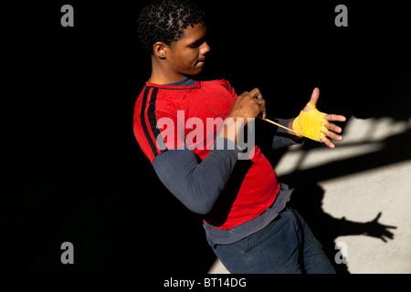 Un boxeur cubain se prépare avant de bandage une session de formation à rafael trejo boxing gym dans la vieille Banque D'Images