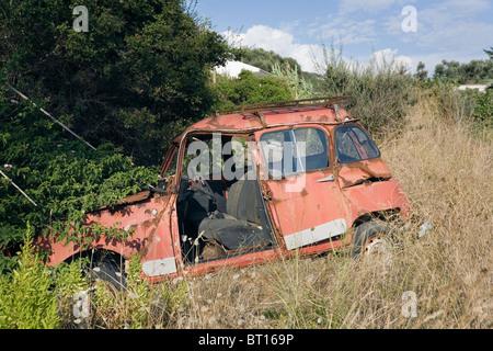 Paleokastritsa, Corfou (île), Grèce, Europe. Vieille voiture Renault rouillé et abandonné dans le champ Banque D'Images