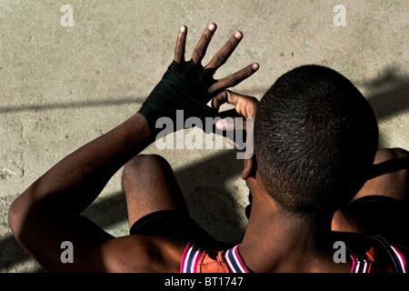 Un combattant cubain bandage prépare avant qu'une séance de formation à rafael trejo boxing gym dans la vieille Banque D'Images