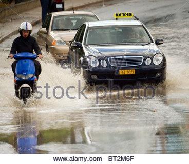 La forte pluie a inondé certaines routes en Grèce Banque D'Images