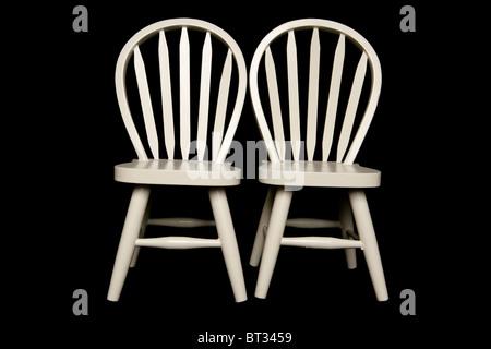 Deux chaises isolé sur fond noir Banque D'Images