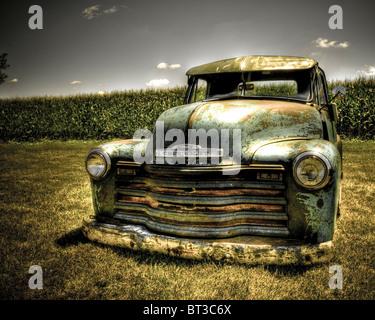 Vintage Chevy truck plantés dans le sol à l'extérieur sous le soleil chaud Banque D'Images