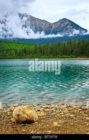 Patricia Lake et Pyramid Mountain dans le Parc National de Jasper, Canada Banque D'Images