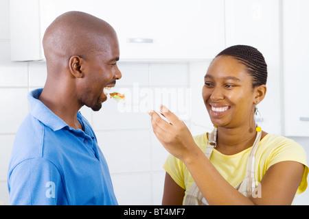 African couple savoureux dans la cuisine Banque D'Images