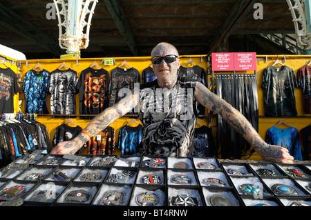Fortement tattooed man à la boucle de sa stalle, Brighton, Octobre 2010 Banque D'Images