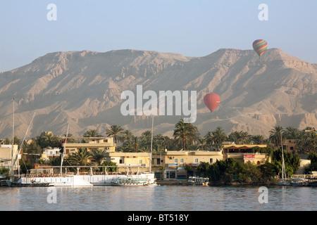 Montgolfières sur la Vallée des Rois, la rive ouest du Nil, Louxor, Égypte Banque D'Images