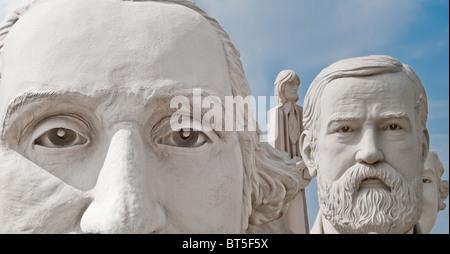 Sculptures en béton blanc de présidents des USA et les Beatles à David Adickes Sculpturworx Studio à Houston, Texas, USA