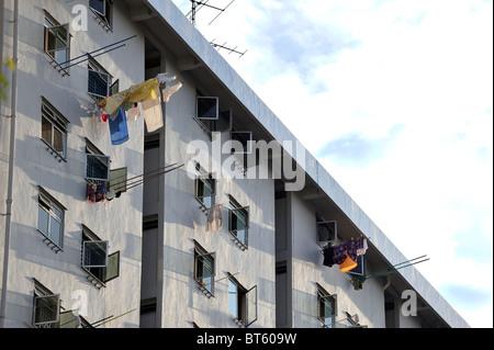 Lave-pendaison sur des poteaux à partir de Windows sur un bloc appartement Singapour Banque D'Images