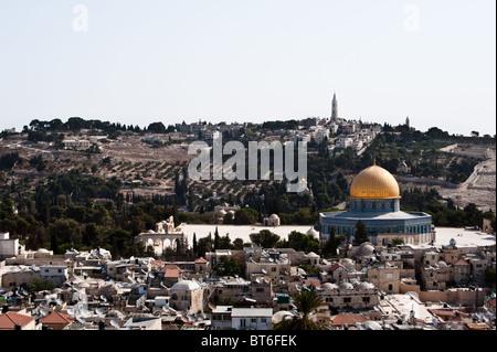 La vieille ville de Jérusalem, ponctuées par le Dôme du Rocher, avec le Mont des Oliviers à l'arrière-plan. Banque D'Images