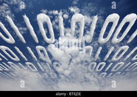 Code binaire nuageux transmis en ciel - concept de communication et d'information électroniques Banque D'Images