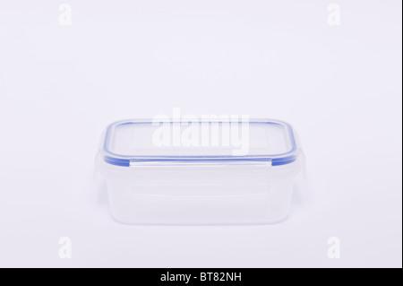 Une photo d'un conteneur de stockage en plastique transparent ( lunch box ) sur un fond blanc. Banque D'Images